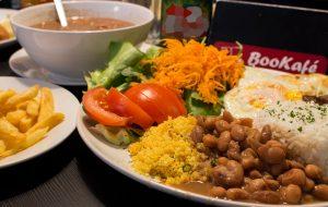 Ateísmo de lado e comida no prato no BooKafé