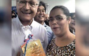 Governador Alckmin recebe livro de Colportora